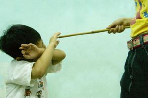 Người ngoài có được tố cáo cha mẹ đánh con?