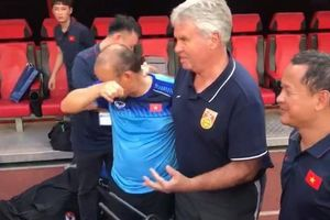 Học trò Park Hang-seo khóc sướt mướt khi gặp thầy Hiddink