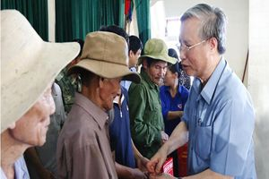 Ông Trần Quốc Vượng thăm động viên người dân vùng lũ lụt