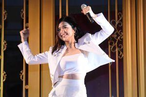 Suni Hạ Linh mang loạt hit chiêu đãi khán giả Hà thành