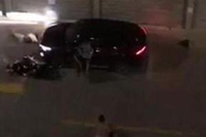 Mâu thuẫn tại bãi đậu xe, lao ôtô vào vợ chồng già