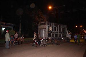 2 xe máy tông liên tiếp vào đuôi ô tô tải, 2 nam thanh niên thiệt mạng