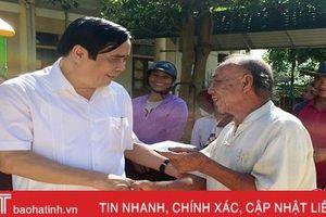 Phó Trưởng ban Tổ chức Trung ương Nguyễn Thanh Bình tặng quà người dân vùng lũ Hương Khê