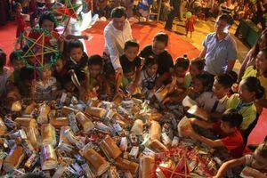 Đêm Trung thu đầu tiên có bánh, có đèn ông sao của 650 học sinh vùng biên