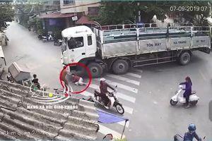 Hãi hùng người phụ nữ tự đưa đầu vào gầm xe tải đang cua trên đường