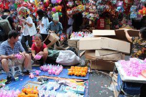 Chợ Trung thu phố Hàng Mã nhếch nhác, ngập tràn rác thải