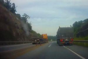 Container chạy ngược chiều trên cao tốc, phá nhiều cột cao su