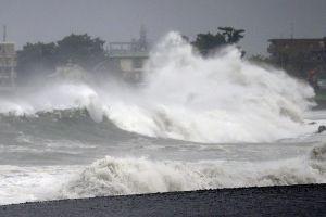 Bão Faxai đánh trực diện vào Tokyo, gió mạnh thổi lật cả ôtô