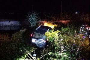 Xe ô tô 7 chỗ lao xuống mương, tài xế tử vong