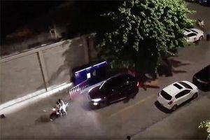 Bàng hoàng một người lái ô tô chủ động tông thẳng vào hai vợ chồng già