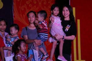 Siêu mẫu Quỳnh Hoa vui trung thu cùng trẻ em bị HIV/AIDS