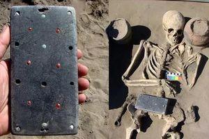 Phát hiện 'iPhone' khảm đá quý trong cổ mộ Siberia