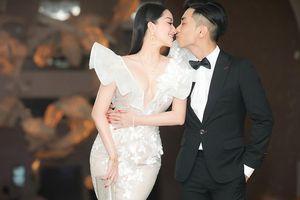 Vợ chồng Khánh Thi hôn nhau tình tứ ở đám cưới con gái đại gia Minh Nhựa