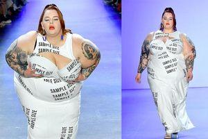 Mẫu siêu béo Tess Holliday diện đầm cut-out gây 'bão' sàn catwalk