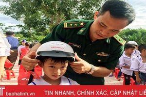 Đồn Biên phòng Sơn Hồng 'nâng bước' học sinh nghèo đến trường