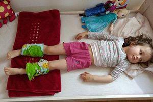 Mẹ buộc khăn và bắp chân con hạ sốt, ai cũng tưởng dở hơi nhưng hiệu quả lại vô cùng bất ngờ