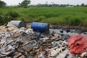 Bùng phát nạn đổ trộm chất thải công nghiệp ở Đại lộ Thăng Long