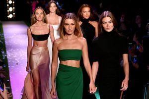 Bộ ba siêu mẫu Bella Hadid, Irina Shayk, Candice Swanepoel 'đọ dáng' trên sàn diễn tại Tuần lễ thời trang New York