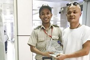 Trao trả 10.000 USD cho du khách bỏ quên ở sân bay quốc tế Cam Ranh