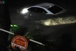 Giải cứu 4 người trên xe ô tô bị nước cuốn xuống suối