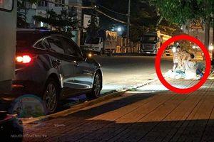 Chủ xe ô tô thấy hai mẹ con đang lục túi rác bên đường và hành động khiến ai cũng khen ngợi