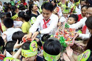 Chủ tịch UBND TP Hà Nội chia vui cùng các em nhỏ dịp Tết Trung thu