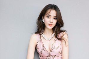 Địch Lệ Nhiệt Ba được khen mặc váy xinh như công chúa