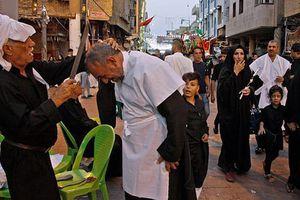 Nghi lễ đập kiếm vào đầu để tưởng nhớ cháu trai nhà tiên tri đạo Hồi