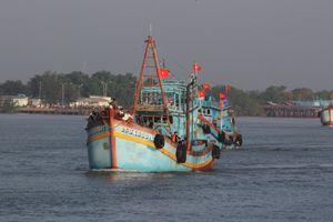 3 ngư dân tự ý nhảy xuống biển cách bờ 35 hải lý