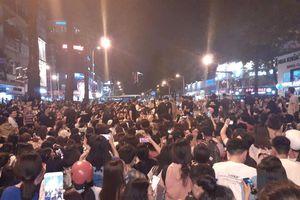 Đường Trần Hưng Đạo kẹt xe, hỗn loạn vì... tài tử Ji Chang Wook