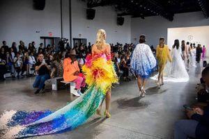 BST 'Đi nhặt hạt sương nghiêng' của NTK Công Trí gây ấn tượng tại Tuần lễ thời trang New York
