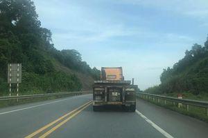 Yêu cầu CSGT xử lý xe container tông cột phân cách trên cao tốc