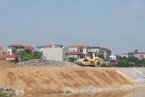 Phú Xuyên (Hà Nội): Hàng chục mét kè đê bất ngờ sạt lở ngay thời điểm bàn giao
