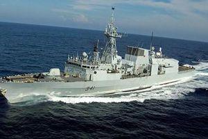 Chiến hạm Canada đi qua eo biển Đài Loan