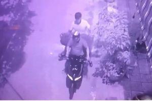Chỉ 55 giây, 2 tên trộm 'nẫng' gọn bức tượng 200 triệu đồng ở Đà Nẵng