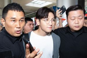Ji Chang Wook giản dị tại sân bay, lọt thỏm giữa vòng vây fan Việt