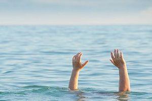 2 anh em 6 và 7 tuổi chết đuối dưới ao