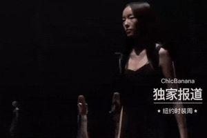 Siêu mẫu Trung Quốc vấp ngã mạnh khi catwalk