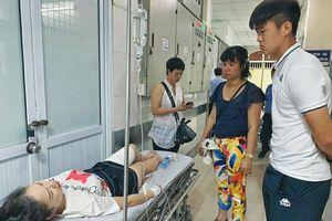 Duy Mạnh vào bệnh viện thăm CĐV nữ bị thương do pháo sáng