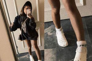 Ariana Grande lần đầu chụp ảnh đi giày Crocs, fan lập tức đòi mua