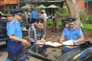 Kiên quyết xử lý xe ô tô đỗ sai quy định tại bán đảo Linh Đàm
