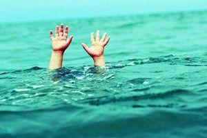Hai anh em trai chết đuối dưới ao gần nhà