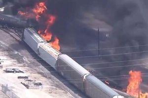 16 toa tàu bị trật bánh bốc cháy dữ dội ở Illinois