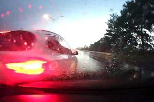 SUV BMW mất lái trên đường mưa, văng đuôi vào xe phía sau