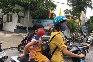 Phụ huynh Hạ Đình cho con nghỉ học, đeo khẩu trang kín mít vì sợ thủy ngân
