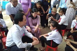 Bộ trưởng Phùng Xuân Nhạ đi khai giảng tại rốn lũ Tân Hóa