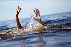 Ra ao sau nhà tắm, hai anh em đuối nước thương tâm