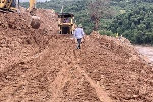 Thi công đường trăm tỷ, nhà thầu ngang nhiên đổ đất thải xuống sông