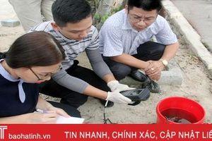 Chuyên gia lấy mẫu, tìm nguyên nhân thủy sản chết hàng loạt ở Hà Tĩnh
