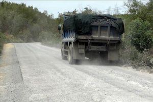 Xe trọng tải lớn cày nát đường giao thông nông thôn ở Quảng Bình